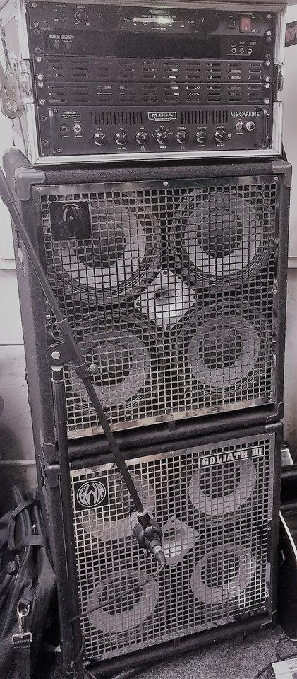 Bass Fullstack schwarz-weiss.jpg
