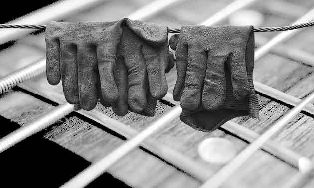 bass-spielen-mit-handschuhen