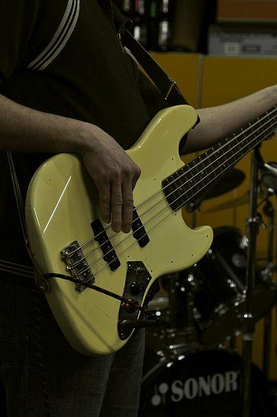 Jazz bass gelb.jpg