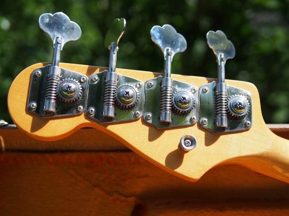 Jazz Bass Mechaniken.jpg
