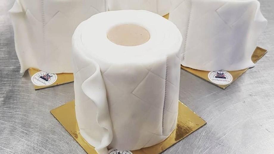 toilettenpapier-kuchen-vom-schuerener-backparadies-hier-koennen-kunden-problemlos-eine-rolle-e...jpg