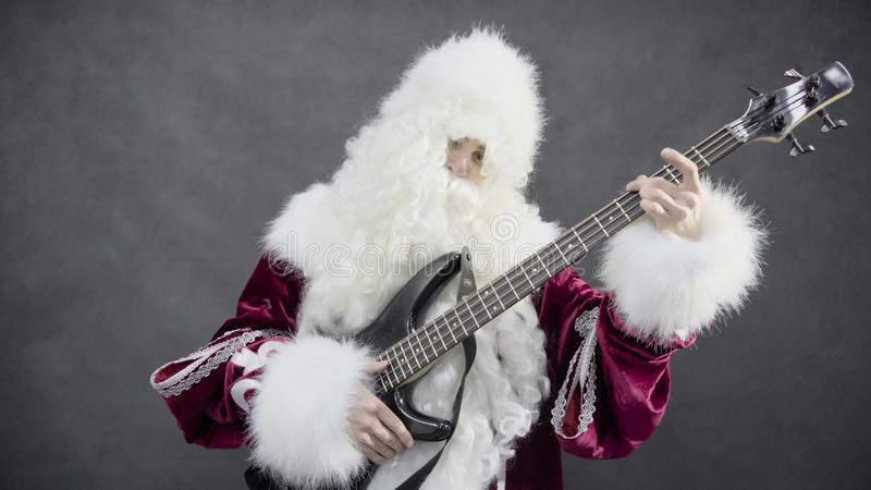 weihnachtsmann-spiele-der-weihnachtsmelodien-klingelglocken-auf-der-bass-gitarre-93894446-jpg.404191
